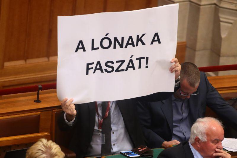 Tovább szigorítanák a fideszesek a parlamenti rendet, egyévnyi fizetése is ugorhat a renitens parlamenti képviselőknek