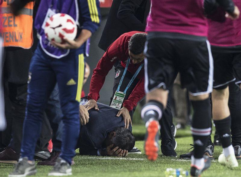 Dulakodás után fejbe dobták a vezetőedzőt, félbeszakadt a Fenerbahce-Besiktas rangadó