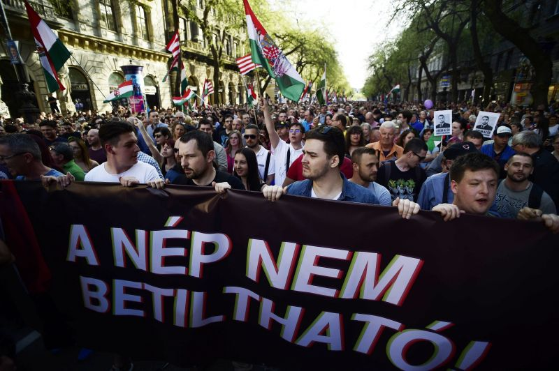 Az Oktogontól a Deák térig tart a Fidesz ellen tüntető tömeg