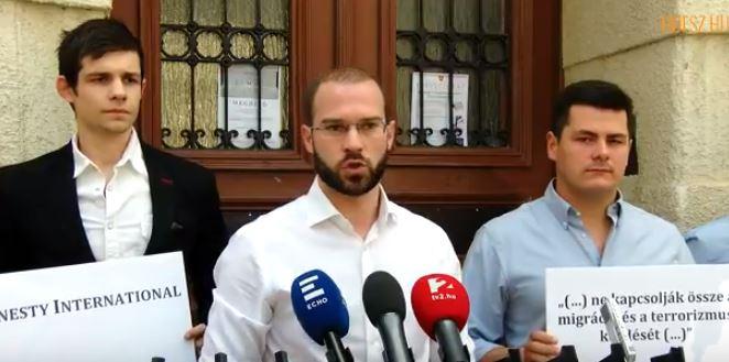 Ezt a matricát ragasztotta Hollik István az Amnesty International budapesti irodájának ajtajára – videó