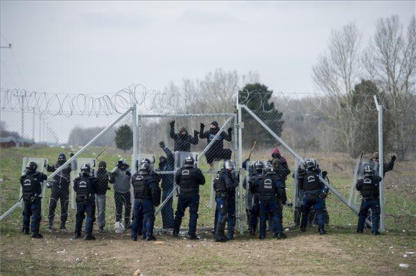 Összesen négy migránst fogtak el a rendőrök a hétvégén, másik négyet pedig a határ előtt megállítottak