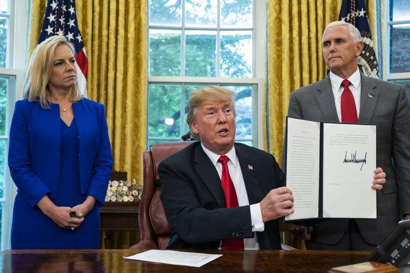 """""""Erős határokat! Semmi bűnözést!"""" – Trump az illegális bevándorlók jogi eljárás nélküli visszatoloncolását vetette fel"""