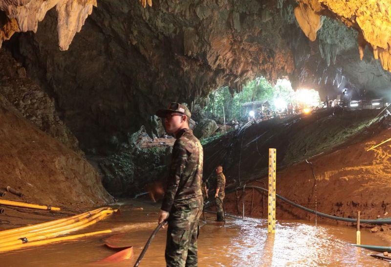 Kimentették a kilencedik gyereket is a thai barlangból – a kórházba került fiúkat még csak üvegen keresztül láthatták szüleik