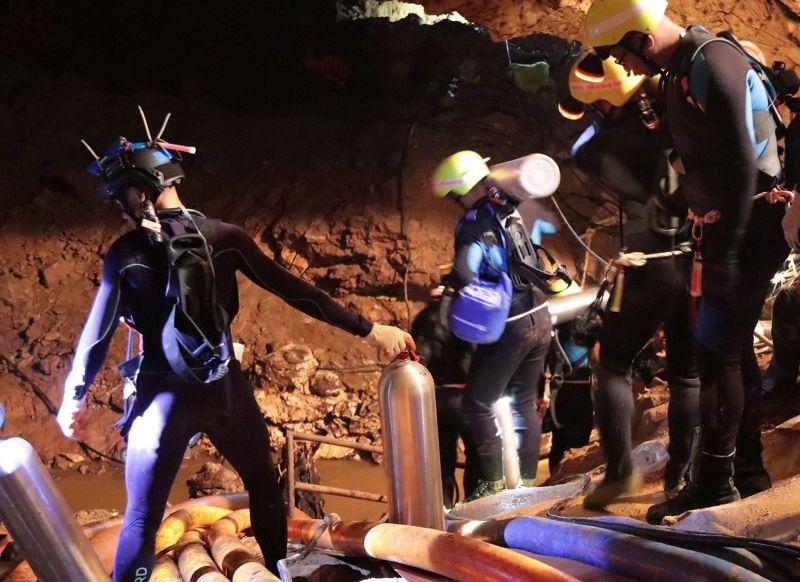Gyorsan halad a mentés: már 11 gyermeket kimentettek a thai barlangból –  még egy fiú és a fociedző van lent – videó