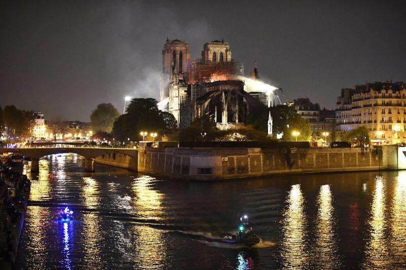 Csodával határos módon túlélte a kakas a Notre-Dame tűzvészét