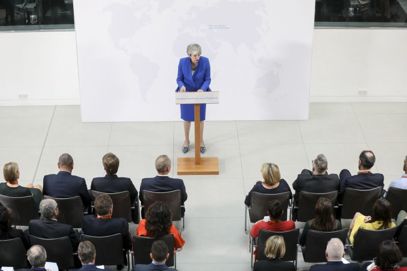 Folytatódik a Brexit-káosz: May ezúttal a július végi kilépést lengette be