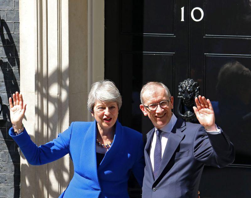 Theresa May férje kíséretében kereste fel a királynőt – videó