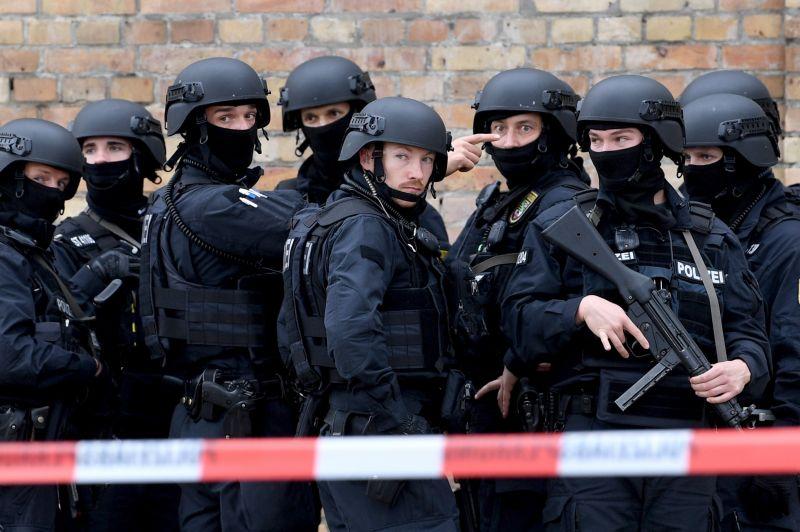 Harctéri öltözetben lövöldöztek egy németországi zsinagógánál, ketten meghaltak, hajtóvadászat indult és kijárási tilalmat rendeltek el Halle környékén– videó