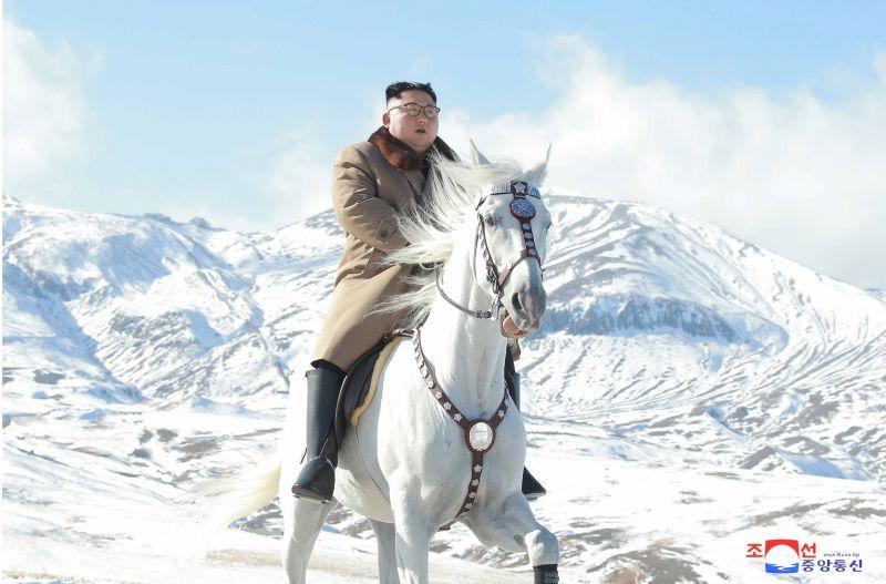 Kim Dzsong Un egy misztikus fehér lovon délcegen ügetve üzent a világnak: nagy döntés előtt áll – fotó