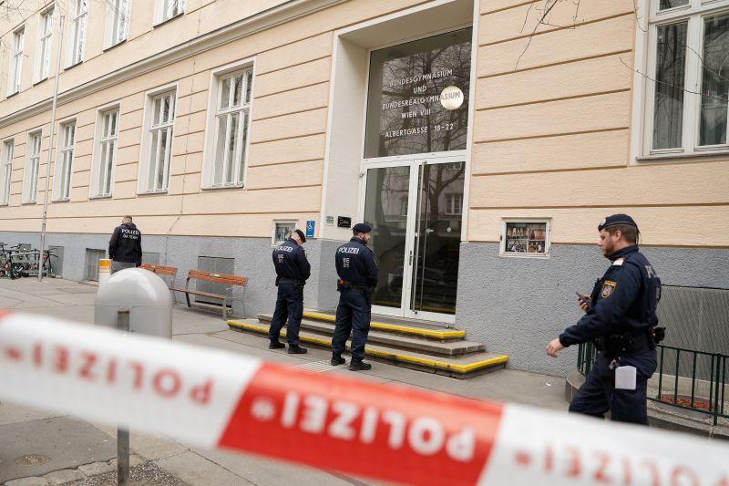 Karantén alá vontak egy iskolát Bécsben, a diákokat nem engedik ki az épületből