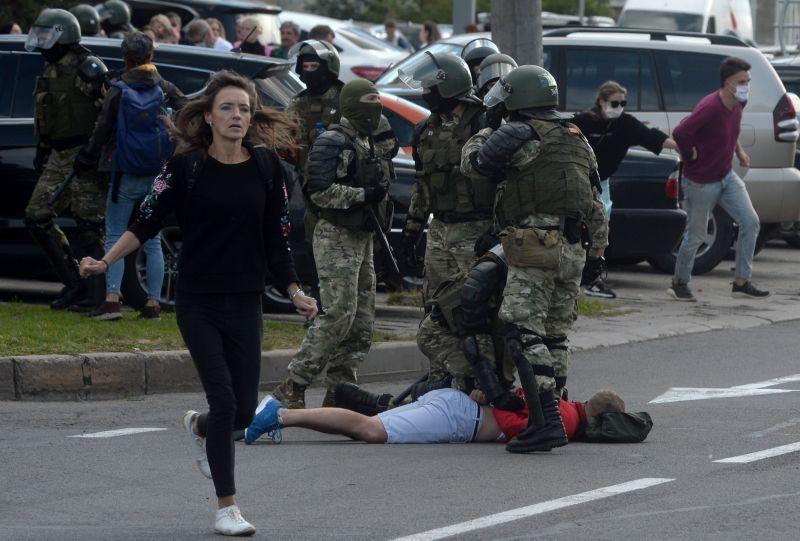 Megint több tízezren tüntettek Lukasenka ellen, közben hétfőtől orosz katonák lepik el Fehéroroszországot