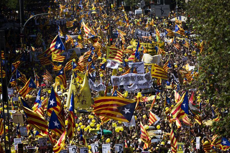 Százezrek tüntettek Barcelonában a függetlenségi politikusok szabadon engedéséért