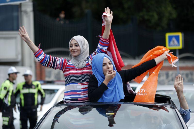 Török választások: elveszítette abszolút parlamenti többségét a kormánypárt