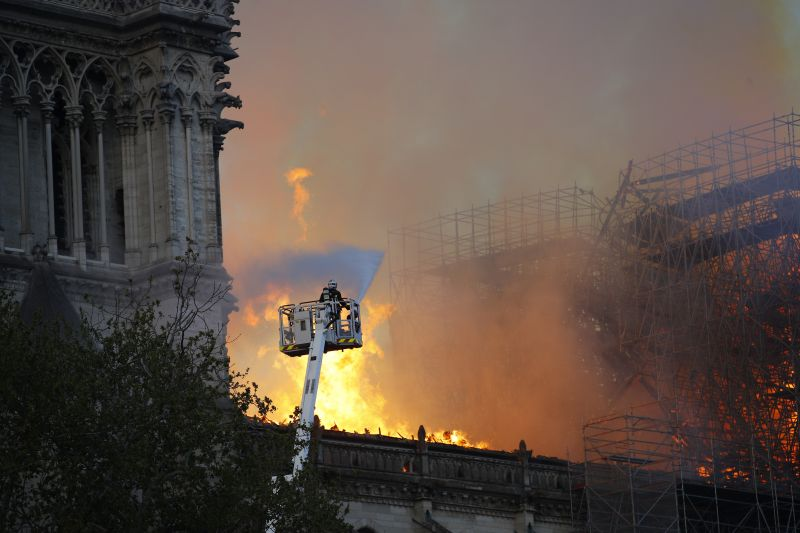 """Orbán: """"hálával és elismeréssel adózunk a párizsi tűzoltók hősies küzdelme előtt"""""""
