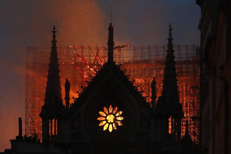 Hősként ünneplik Fournier atyát, aki bement a lángoló Notre-Dame-ba, hogy megmentse a töviskoronát – fotó