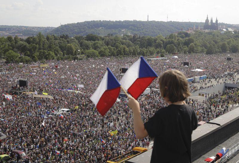 '89 óta nem volt ekkora tüntetés Prágában, a cseh kormányfő lemondását követelték – videó