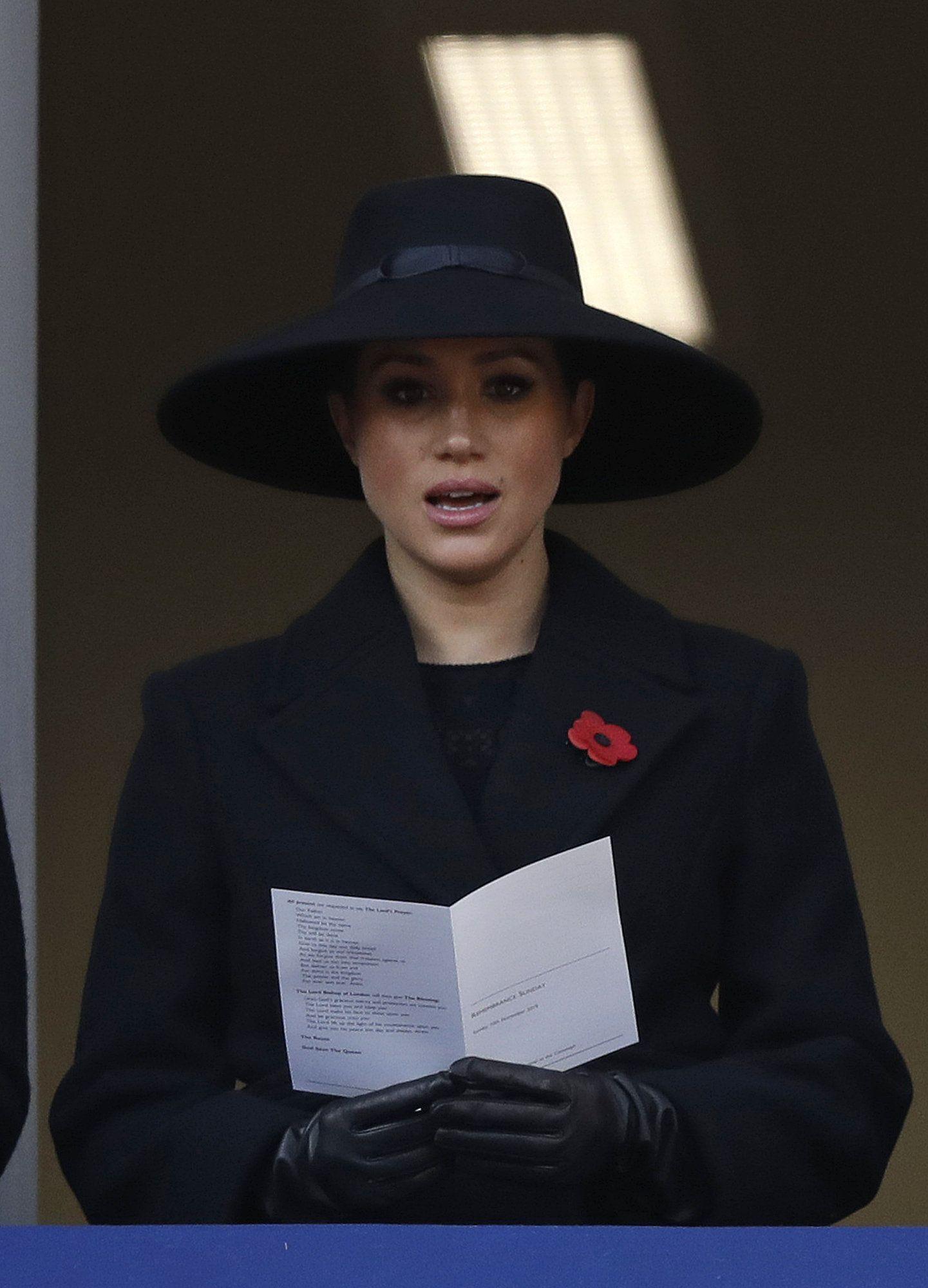 """Berettyóújfalun készült Meghan hercegné 600 ezres kabátja, a DailyMail újságírója rácsodálkozott arra, hogy a ruhadarabot """"alulfizetett magyar munkások készítették"""" – fotó"""