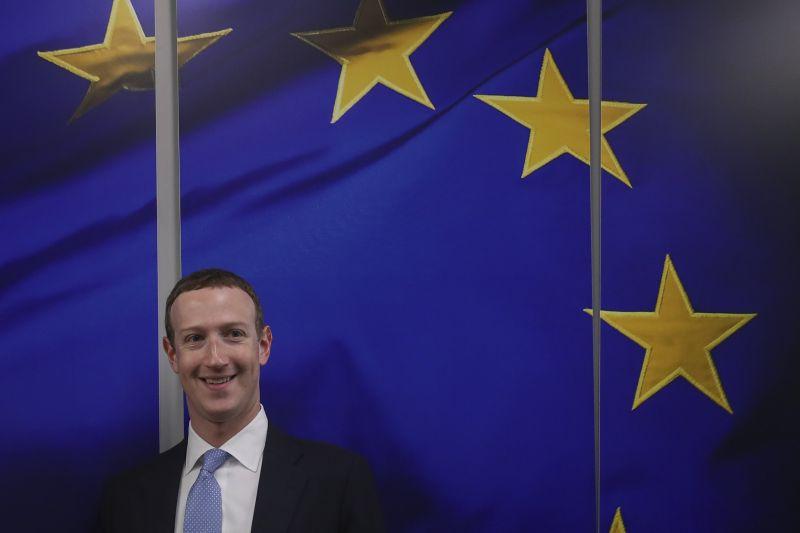 Soros György kirúgatná a Facebook vezérét