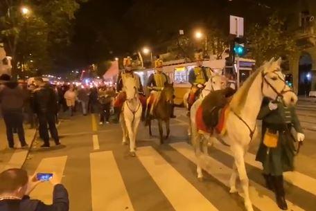 """Fehér lovon vonult be a Gellért térre a Mi Hazánk Mozgalom, """"lenicázták"""" őket az ellentüntetők, akik széttört horogkereszttel várták a fáklyás felvonulókat – videó"""