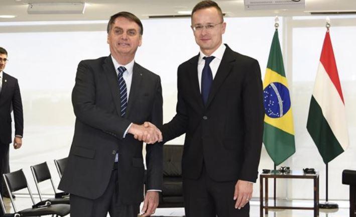 Fotón, ahogy Szijjártó Péter focimezt cserél a brazil elnökkel