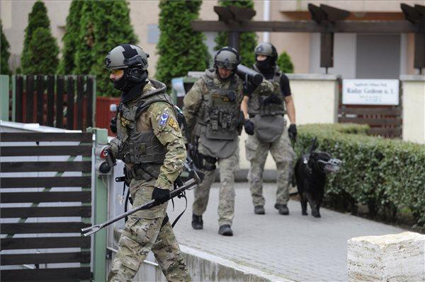 Egy egész hadsereg vonult ki Pestszentlőrincre – felfegyverzett TEK-esek rohantak le egy épületet – fotó