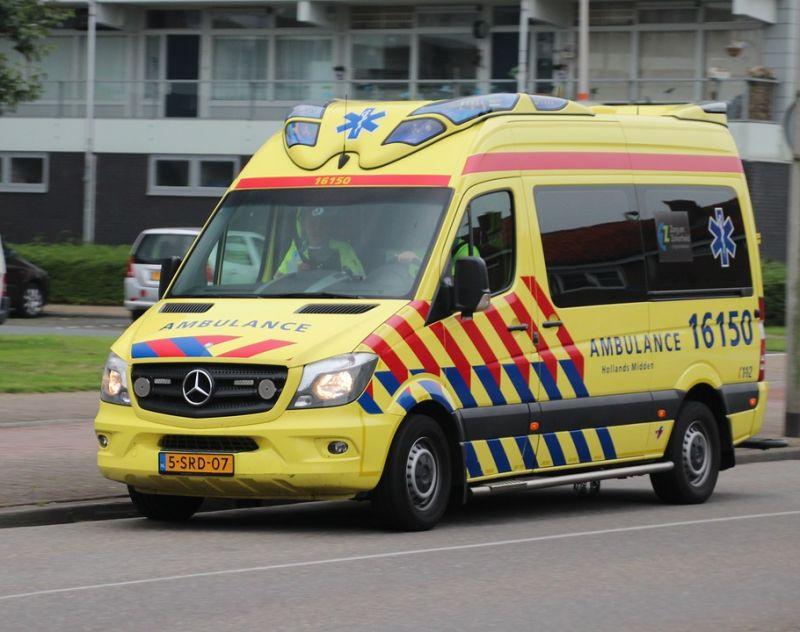 Igazi bunkó sofőr: nem engedi el a szirénázó mentőt – videó