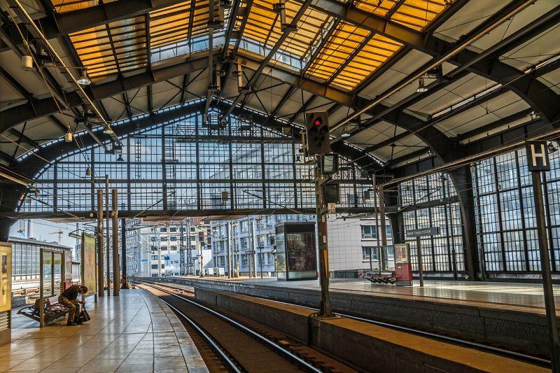 Lezárták a berlini pályaudvart, féltonnás bombát találtak