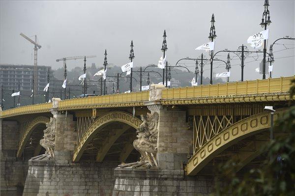 """Iskolakezdésre """"családbarát ország"""" zászlók kerültek Budapest hídjaira – fotó"""