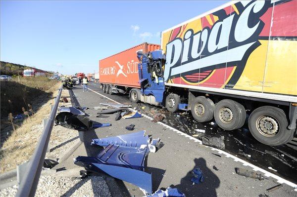 Kamionok ütköztek az M0-son Diósdnál, egy ember meghalt –  a forgalom egy sávon, lassan halad – fotó