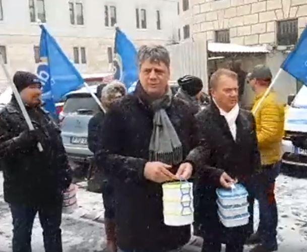 """""""Jár-e a Gundel-menü mindenkinek?"""" – ez történt, miután a DK két politikusa ételhordókkal csöngetett be a Miniszterelnökségre, hogy ebédet kérjen – videó"""