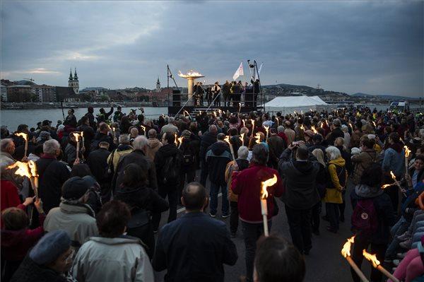 Meggyújtották az óriás fáklyát az Élet menetén az áldozatok emlékére – videó