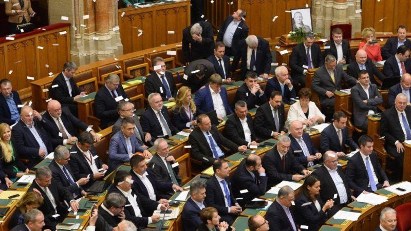 Jakab Péter nem kapja meg 1,2 millió forintos havi fizetését, mert elfoglalta Orbán székét – videó