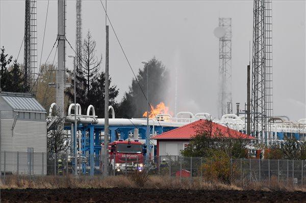 Gázömlés: továbbra is küzdenek a lángokkal a tűzoltók a hajdúszoboszlói gáztárolóban – fotó