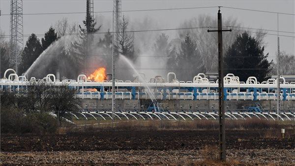 Még tart a tűz oltása a hajdúszoboszlói gáztárolónál – az ország gázellátása biztosított a Magyar Földgáztároló Zrt. szerint
