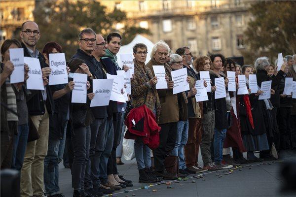 A hajléktalanságban élők méltóságáért tüntettek Budapesten – videó