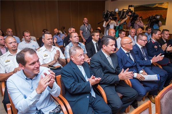 Dunai hajóbaleset: Kitüntették a mentésben részt vevő búvárokat, az ünnepségen egyperces néma felállással emlékeztek az áldozatokra – fotó