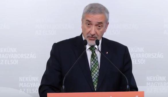 """A Fidesz szerint """"nagy a sumákolás"""" a migránskártyák körül és azok """"Soros-pénzekkel"""" vannak kitömve – videó"""