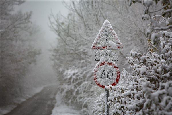 Kegyetlenül betört a tél: több helyen is havazik az országban, Budapesten is leesett az első hó – videó