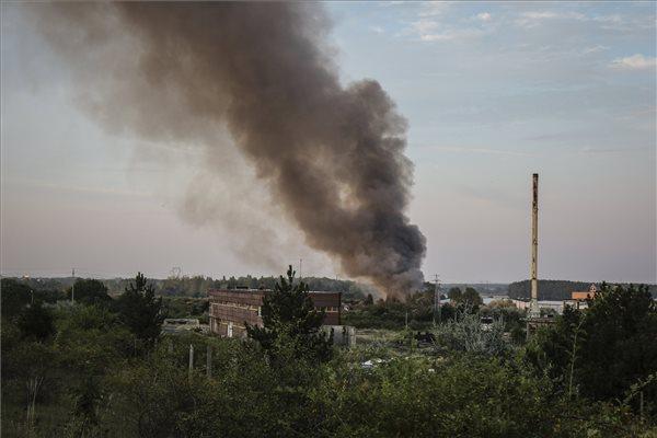 Több mint nyolcvan tűzoltó dolgozik a királyszentistváni tűznél – ezer négyzetméteren ég hulladék