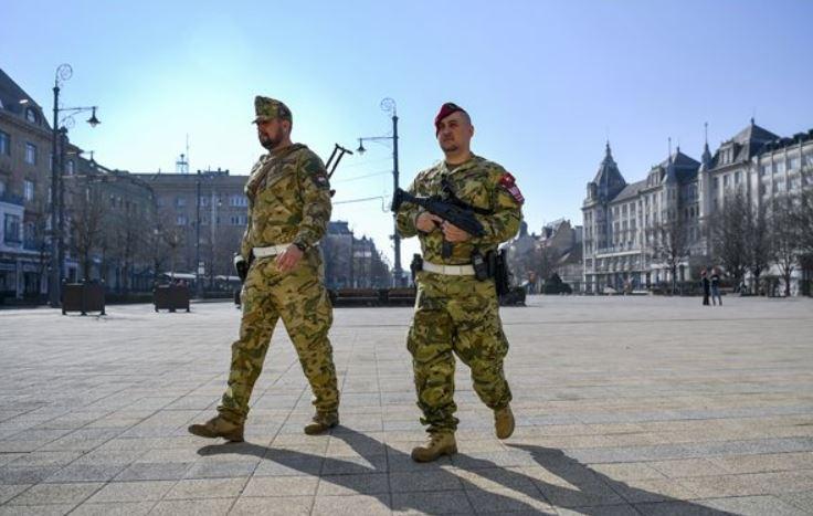 Így járőröznek a katonák Debrecen utcáin – fotó