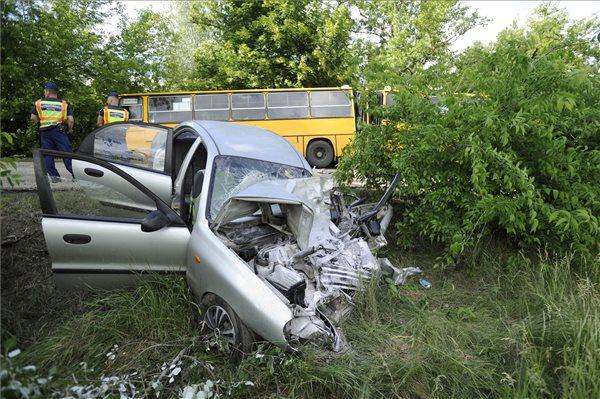 Halálos baleset történt Sülysáp és Kóka között – csuklós busz ütközött autóval – fotó