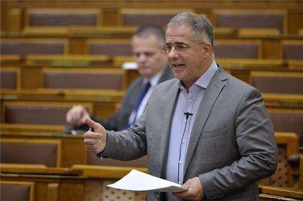 """Kemény beszólások záporoztak ma a parlamentben a """"rabszolgatörvény"""" miatt – Kósa szerint az ellenzék állításainak """"95 százaléka hazugság"""""""