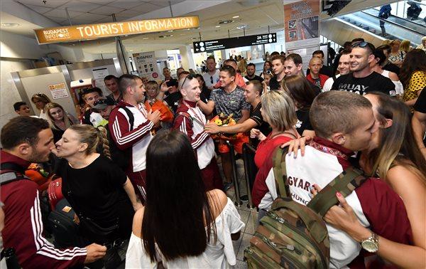 Megható – így várták a ferihegyi repülőtéren a vb-érmes magyar muay thai versenyzőket – a cancúni világbajnokságon történelmi sikert ért el a magyar válogatott – videó