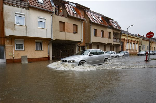 Döbbenetes képek: akkora felhőszakadás volt Nagykanizsán, hogy az utcákban hömpölygött az esővíz