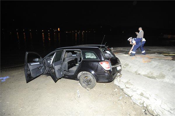 Nagymarosi kompbaleset: a Dunába gurult autó sofőrje szerint öccse engedte ki a kéziféket