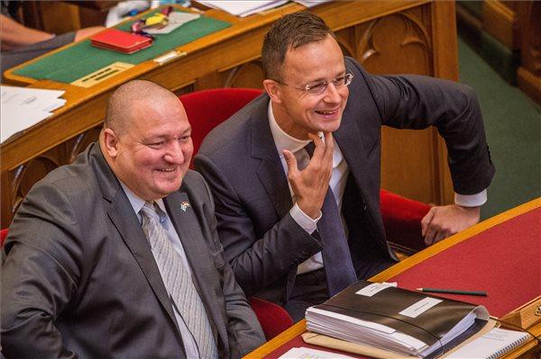 Megszavazták: augusztustól évente nő az országgyűlési képviselők tiszteletdíja – üzemanyagkártya és lakbértámogatás is jár mellé