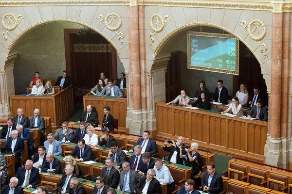 """Megszavazták az alaptörvény hetedik módosítását és a """"Stop Sorost"""" is"""