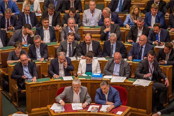 Döntött a parlament az új választási szabályokról – így szüntetné meg a Fidesz a hosszú választási sorokat
