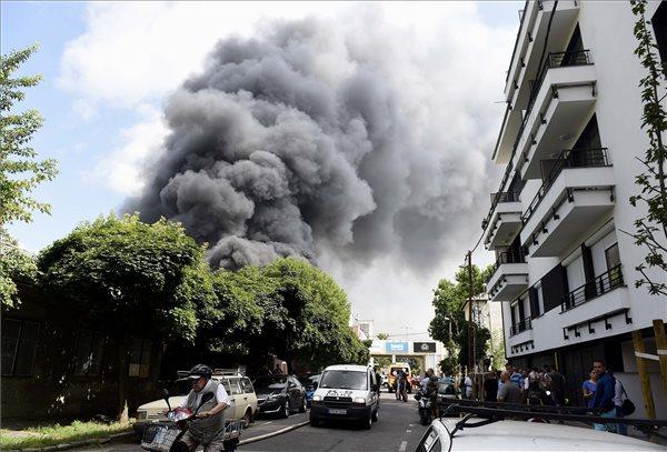 Megfékezték a tűzoltók a lángokat a Frangepán utcában – jelenleg az izzó, parázsló részeket oltják a háromezer négyzetméteres raktárban