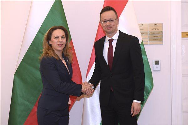 Szijjártó: Magyarország és Bulgária szerint nem a migráció a válasz a demográfiai kihívásokra, hanem a családok támogatása